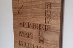 Eikenhouten-naambord-met-lettervakken