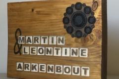 Houten-naambord-met-lettervakken-en-zeeuwse-knop