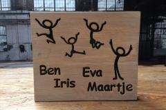 Naambord-voordeur-steigerhout-met-letters-en-figuurtjes-ingelegd-voor