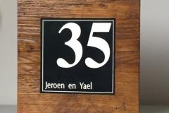 Naambord-oud-hout-klassieke-letter