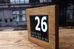 Naambord voordeur oud hout met zwarte ingelegde tekstplaat