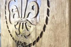 1_Logo-gegraveerd-op-mangohouten-plank